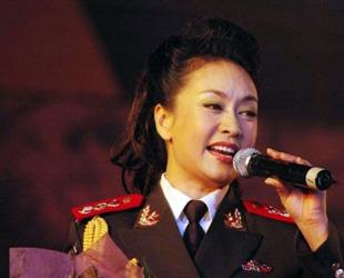 Peng Liyuan ist eine der besten Volksliedsängerinnen Chinas. Sie hat inzwischen landesweit zahlreiche Ehrungen in Gesangswettbewerben erhalten. 1987 heiratete sie Xi Jinping, den derzeitigen chinesischen Vizestaatspräsidenten.