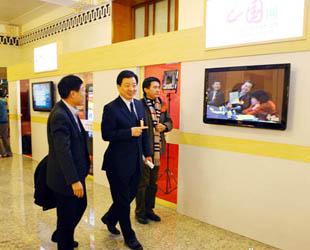 Zhou Mingwei, der Präsident der China International Publishing Group (CIPG), besuchte am Dienstag das Übertragungsstudio von China.org.cn, das anlässlich der 5. Tagung des NVK und der PKKCV in der Großen Halle des Volkes eingerichtet wurde.