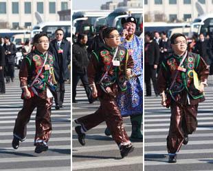 Vor der Eröffnung rannte ein junger NVK-Abgeordneter in der traditionellen Kleidung einer Nationalen Minderheit zur Sitzung. Der dynamische Mann wird seither von chinesischen Medien humorvoll 'rennender Bruder' genannt.