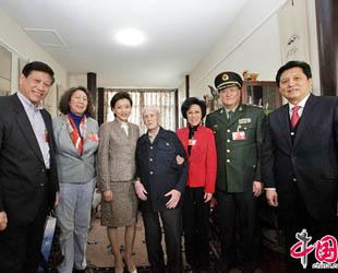 Am Montagnachmittag haben Li Dongong, PKKCV-Mitglied, ehemalige stellvertretende Leiterin des Hauptamts für Presse und Publikation und Leiterin der China Media Culture Promotion Association sowie vier weitere PKKCV-Mitglieder den bekannten Übersetzer und CIPG-Experten Sidney Shapiro besucht.