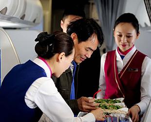 Das Servicepersonal der Fluggesellschaft China Southern Airlines hat gestern mit den Fluggästen an Bord von Flug CZ-6708 einen Quiz-Wettbewerb über das Bo'ao Asien-Forum veranstaltet.