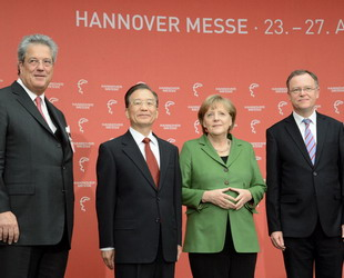 Der chinesische Ministerpräsident Wen Jiabao ist am Sonntag in Hannover mit der deutschen Bundeskanzlerin Angela Merkel zusammengetroffen. Dabei erörterten beide Seiten die bilateralen Beziehungen sowie Fragen von gemeinsamem Interesse.