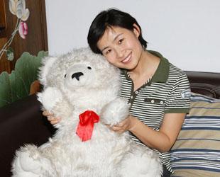 Major Liu Yang, weiblich, geboren im Oktober 1978, Bachelor. Major Liu gehört zu den ersten Taikonautinnen Chinas. Sie trat im Jahr 1997 in die chinesische Armee ein und diente dort als Pilotin.