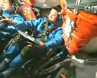 Fünf Tage nach dem erfolgreichen Andockmanöver der Shenzhou 9 an die Tiangong 1 haben Astronauten erstmals manuell die Lageregelung für beide Module geändert.