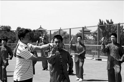 In the Beijing No. 5 Middle School Junior Branch, a teacher is giving instructions on shadow boxing. [Wang Haixin/Beijing Times]