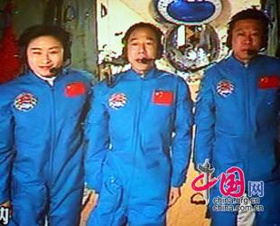 Chinas Staatspräsident Hu Jintao hat heute um 10:10 Uhr Beijinger Ortszeit ein Telefongespräch mit den drei Taikonauten an Bord des Raumschiffs 'Shenzhou 9' geführt .