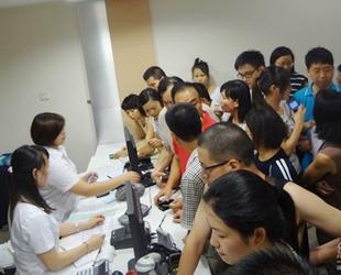 Ab 1. Juli dürfen in Guangzhou nur noch bis zu 10.000 neue Nummernschilder pro Monat ausgestellt werden. Diese plötzliche Mitteilung am Abend des 30. Juni überraschte viele Bewohner in der Metropole Südchinas.