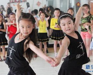 Die Sommerferien stehen vor der Tür und die Kinder haben endlich Zeit zu tanzen: Sie nehmen an Kursen teil und wollen sich durch die Trainingseinheiten verbessern.