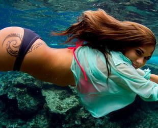 Unterwasserporträts können unter gewissen Umständen Personen von ihrer besten Seite zeigen. Voraussetzung ist natürlich, dass der Fotograf ein geübter Taucher ist und eine spezielle Ausrüstung hat.