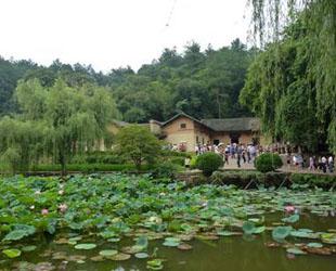 Etwa 70 Kilometer südlich von Changsha liegt Shaoshan – die Heimat des Revolutionärs und mächtigsten chinesischen Politikers des 20. Jahrhunderts, Mao Zedong. Das Areal wurde ab 1993 zu einer Gedenkstätte ausgebaut.