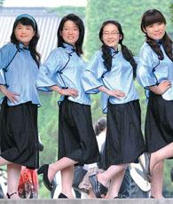 In traditionelle Uniformen gekleidet lassen Studenten der Universität Nanjing Fotos machen. Heutzutage sind solche Fotos unter Hochschulabsolventen sehr beliebt.