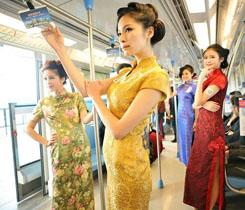 Eine Gruppe von Frauen in Qipaos – einem traditionellen chinesischen Kleid – posieren in einem U-Bahn-Zug in der ostchinesischen Stadt Nanjing.