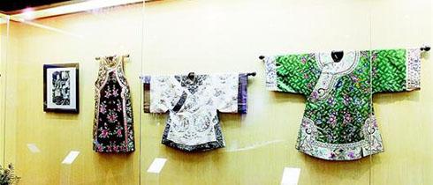 Noch bis Anfang September kann das Publikum die Ausstellung 'Vergangenheit und Gegenwart der Qipaos' im Stadtmuseum Wuhan, Hauptstadt der südchinesischen Provinz Hubei, genießen. Dem Puplikum wird hier eine optische Delikatesse geboten, in der Klassik und Moderne miteinander verschmelzen.