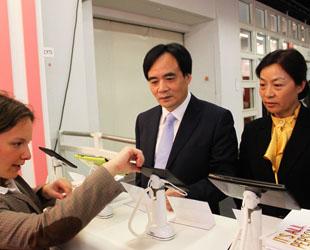 Während der 64. Frankfurter Buchmesse hat Lu Cairong, Vizepräsident und Leiter der Delegation der China International Publishing Group (CIPG), über die Publikationen von Verlagen aus verschiedenen Ländern, insbesondere über digitale Publikationen recherchiert.