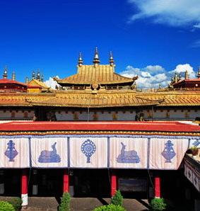 Der Jokhang Tempel liegt im Zentrum des Lhasa Tsuglagkhang, der bedeutendesten religiösen Stätte in der Hauptstadt Tibets. Die bekannte Bronzestatue Jowo Rinpoch wurde in diesem Tempel aufgestellt.