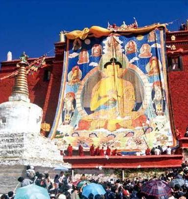 Das Gandain-Kloster ist das Gründungskloster der Gelug-Sekte. Nach der buddhistischen Lehre bedeutet der Name etwa 'Freude der Genügsamkeit'. Das Kloster liegt in 3800 Meter Höhe nordöstlich der Kreisstadt Dagze.