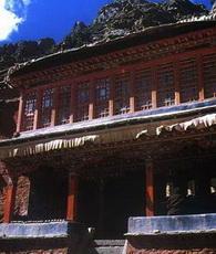Das Kloster Curpu liegt 60 Kilometer außerhalb der Stadt Lhasa am Oberlauf des Flusses Curpu, 4300 Meter über dem Meeresspiegel. Es ist das Hauptkloster der Karma-Kagyu-Sekte des tibetischen Buddhismus.