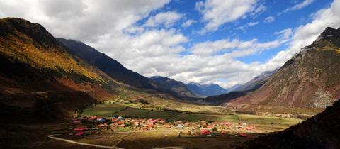 An der südlichen Flanke der Autobahn von Sichuan nach Tibet gelegen, hat Bomi eine atemberaubende Landschaft mit vielen Seen und Bergen zu bieten. Im April und Mai gibt es in Bomi riesige Gebiete, in denen Pfirsichbäume blühen.