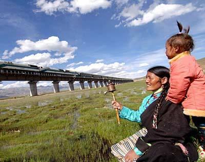 Die Qinghai-Tibet-Eisenbahn führt von Xining, Hauptstadt der Provinz Qinghai, bis zu Lhasa, Hauptstadt des Autonomen Gebiets Tibet. Mit einer Länge von 1956 Kilometern ist sie die längste und höchstgelegene Eisenbahnstrecke der Welt.