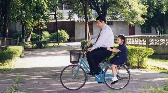 Die chinesische Nachrichtenagentur Xinhua hat vor kurzem mehrere alte Fotos von Xi Jinping veröffentlicht.