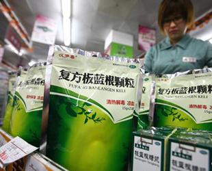 Das begehrteste Produkt in Gebieten, die vom Ausbruch des H7N9-Virus betroffen sind, ist ein 10 Yuan teures Kräuterheilmittel, und zwar Färberwaidwurzel, oder chinesisch Banlangen, die in Geschäften in Shanghai und in den Provinzen Jiangsu, Zhejiang und Anhui ausverkauft ist.