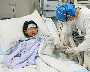 13. April 2013 - Das Foto zeigt ein 7-jähriges Mädchen, das von dem neuen Vogelgrippevirus H7N9 infiziert wurde, bei der medizinischen Behandlung im Beijing Ditan Hospital. Wie bei einer Pressekonferenz bekannt wurde, handelt es sich bei der Kleinen um den ersten bestätigten Fall einer H7N9-Infektion in der chinesischen Hauptstadt.