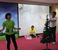 Im Theater von der Fremdsprachenschule Guangzhou geht es um das Schicksal eines Laubblattes: Das Laubblatt Paula lebte mit seinen Freunden eigentlich glücklich und zufrieden im Wald. Aber die böse Axt Alexel zerstörte den Wald, so dass Paula ihr Zuhause verlor.