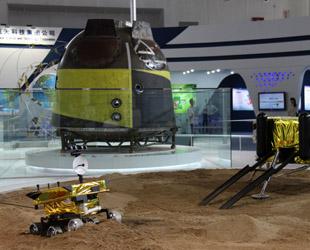 Mehr als 50 neue technische Erfolge der chinesischen Raumfahrt, darunter die Mondsonde 'Chang'e 3', die Landekapsel von 'Shenzhou 9' und das Navigationsprojekt 'Beidou' wurden am Mittwoch in Beijing zum ersten Mal öffentlich präsentiert.