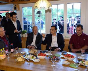 Ministerpräsident Li Keqiang hat am Freitag einen Bauernhof in einem Außenbezirk von Zürich besucht.