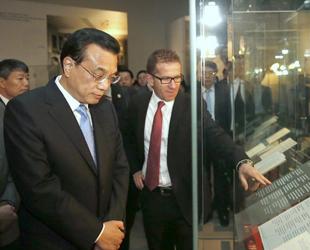 Der chinesische Ministerpräsident Li Keqiang hat am Samstag das Einstein Museum in Bern besucht. Einstein sei der Stolz von Bern und der ganzen Menschheit. In Anbetracht Einsteins könnte man sagen, dass es ohne Vorstellungsvermögen keine Kreativität gäbe, so Li.