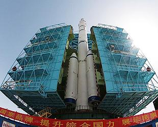 Das Raumschiff 'Shenzhou 9', das an dem bereits ins All geschickten Modul 'Tiangong 1' andocken soll, ist gestern zusammen mit der Trägerrakete auf die Abschussrampe im Satellitenstartzentrum Jiuquan in der nordwestchinesischen Provinz Gansu gestellt worden.