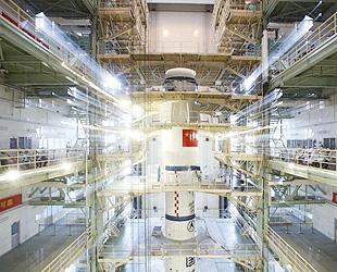 Das Raumschiff 'Shenzhou 10', das an dem bereits ins All geschickten Modul 'Tiangong 1' andocken soll, ist bereits zusammen mit der Trägerrakete auf die Abschussrampe im Satellitenstartzentrum Jiuquan in der nordwestchinesischen Provinz Gansu gestellt worden.
