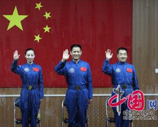 Die Astronauten der chinesischen Weltraummission 'Shenzhou 10' haben sich heute der Presse gestellt. Die zwei Astronauten Nie Haisheng und Zhang Xiaoguang sowie die Astronautin Wang Yaping beantworteten Fragen zur fünften bemannten Raumfahrt Chinas.