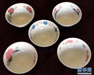 Eine Serie von Porzellanschüsseln, welche ausschließlich für Mao Zedong produziert wurden, erzielte am Donnerstag bei einer Versteigerung in Hongkong einen Rekordpreis von 11.684.000 Honkong-Dollar (1,1 Millionen Euro).