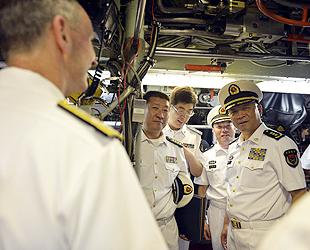 Der Befehlshaber der chinesischen Marine, Admiral Wu Shengli, hat gestern unter Begleitung seines US-Amtskollegen Admiral Jonathan Greenert das Atom-U-Boot 'USS Jefferson City' besichtigt.