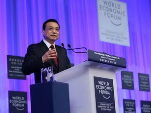 Der chinesische Premier Li Keqiang sagte bei der Eröffnung des Davos-Sommer-Forums, dass die Basis für Chinas wirtschaftliche Erholung immer noch fragil sei. Er versprach jedoch, das Wachstum durch die Öffnung der Märkte für privaten Wettbewerb zu fördern.
