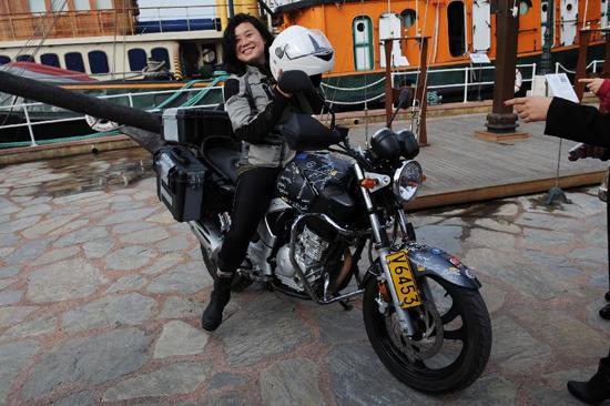 china junge chinesin f hrt alleine mit motorrad durch 16 l nder. Black Bedroom Furniture Sets. Home Design Ideas