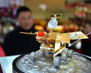 Seit Mittwoch sind die Modelle des Mondfahrzeugs 'Jadehase' im Verkauf, um dem erfolgreichen Start der Chang'e-3-Mondsonde zu gedenken. Der kleine 'Jade Hase' befindet sich derzeit auf dem Weg zum Mond, wo er die Oberfläche des Himmelskörpers erkunden soll.