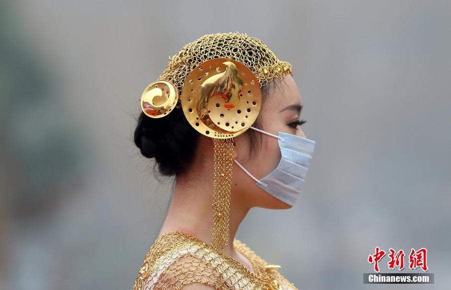 Models tragen Mundschutz bei Schmuck-Modeschau