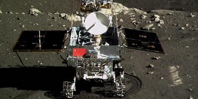 Zum ersten Mal ist die chinesische Flagge auf der Mondoberfläche zu sehen. Nach der erfolgreichen Landung am Wochenende zieht das Mondfahrzeug 'Jadehase' seine ersten Spuren auf dem Erdtrabanten. Ausländische Beobachter gratulieren.