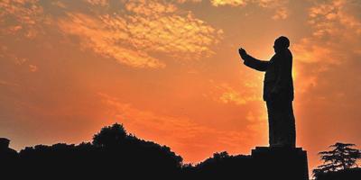 Die Mitglieder von Chinas Führungsgremium haben sich vor der sitzenden Statue von Mao Zedong dreimal verneigt und danach voller Ehrfurcht vor seinem Leichnam Aufstellung genommen, um Maos hervorragender Leistungen zu gedenken.