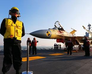 'Aus meiner Sicht ist die Sprungschanze des Flugzeugträgers Liaoning das schönste Gefüge und das Dröhnen der Flugzeuge der schönste Rhythmus auf der Welt', sagt Zhang Naigang, Leiter des Startsystems von Luftfahrzeugen der Sicherungsstaffel für Start und Landung von Luftfahrzeugen.