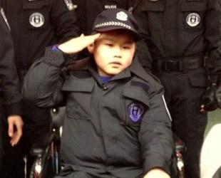 Ein neun Jahre alter chinesischer Junge, der an einer seltenen Muskelerkrankung leidet, konnte sich am Samstag zusammen mit der lokalen Polizei und einigen Anwohnern den Traum erfüllen, bei der Befreiung von Geiseln mitzuwirken.