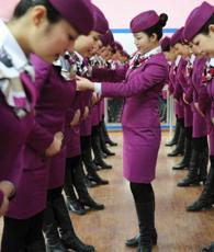 Am 9. Januar erhalten die Stewardessen der Hochgeschwindigkeitszüge zwischen Chengdu der südwestchinesischen Provinz Sichuan und der regierungsunmittelbaren Stadt Chongqing ein spezielles Training für Etikette auf Zügen.