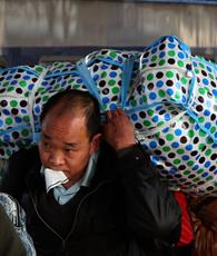 Derzeit ist ganz China in Bewegung. Die Millionenstadt Guangzhou bildet damit auch keine Ausnahme. Zum Frühlingsfest werden Millionen Wanderarbeiter die Megastadt verlassen und mit dem Zug nach Hause fahren.