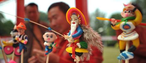 Das Foto vom 1. Februar 2014 zeigt Teigfiguren, angefertigt von einem Volkskünstler auf einem Tempelmarkt zur Feier des Frühlingsfests, dem chinesischen Neujahr nach dem Mondkalender, in Nanning, der Hauptstadt des südchinesischen autonomen Gebiets Guangxi der Zhuang.