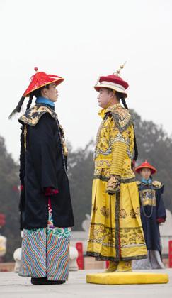 Ein Aufführender in Kleidung des Kaisers der Qing-Dynastie fährt eine Sänfte auf der Eröffnung des Tempelmarktes zur Feier des Chinesischen Neujahrs im Ditan Park, auch bekannt als Erdaltar, in Beijing (Foto vom 30. Januar 2014). Aufführende ließen die alte Zeremonie aus der Qing-Dynastie, bei der Kaiser für eine gute Ernte und Reichtum beteten, wieder aufleben. Das chinesische Neujahr nach dem Mondkalender fiel auf den 31. Januar und läutete das Jahr des Pferdes ein.