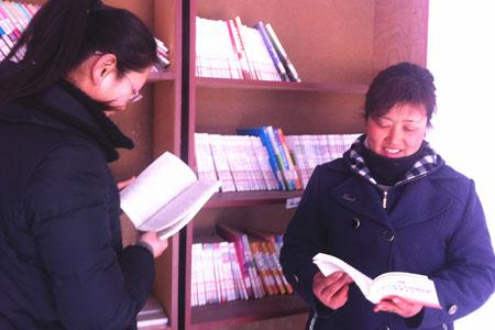 In der kleinen Dorfbibliothek von Xinghuang der Gemeinde Yanya lesen viele Bewohner auch während des Frühlingsfestes Bücher. (Bild vom 8. Februar 2014)