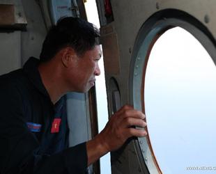 Die Hubschrauber sind auf der Suche nach einem vermissten Flugzeug der Malaysia Airlines ungefähr 300 Kilometer südwestlich vom Kap Ca Mau in Vietnam.