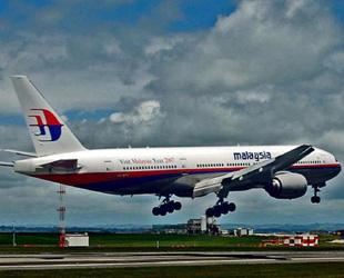 Ein Passagierflugzeug der Malaysia Airlines hat den Kontakt zur Luftverkehrsaufsicht verloren. An Bord der Boeing 777-200 mit dem Flugziel Beijing seien 239 Passagiere aus 13 Ländern, darunter 158 Chinesen, teilte die malaysische Fluggesellschaft am Samstag mit.